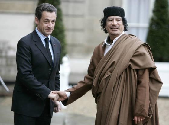 2007년 12월 사르코지 당시 프랑스 대통령이 파리 엘리제궁에서 리비아의 독재자 카다피를 맞이하고 있다. [AP=연합뉴스]