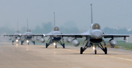 2012년 5월 한ㆍ미 공군의 연합훈련인 맥스선더. F-16 전투기들이 이륙하기 위해 활주로에서 줄지어 대기하고 있다. 당시 맥스선더는 둑수리 훈련과 별개라고 열리는 훈련이라고 한ㆍ미 군 당국이 밝혔다. [중앙포토]
