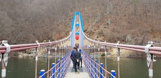 우리나라에서 가장 긴(207m) 충남 청양 천장호 출렁다리. 걸을때마다 다리가 상하, 좌우로 흔들리며 아찔한 스릴감을 전해준다. 신진호 기자
