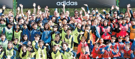 '아디다스 마이드림FC(Foundation Class)'는 전문적인 스포츠 교육을 받기 힘든 지역 아동을 지원하는 아디다스코리아의 대표적인 사회공헌활동 프로그램이다.