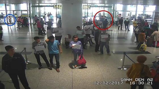김정남 VX 살인사건의 공범으로 기소된 도안 티 흐엉 측 변호인이 재판 증거로 제출한 CCTV 영상으로 지난해 2월2일 오후 베트남 하노이 노이바이 국제공항에서 촬영됐다. [WSJ 캡처]