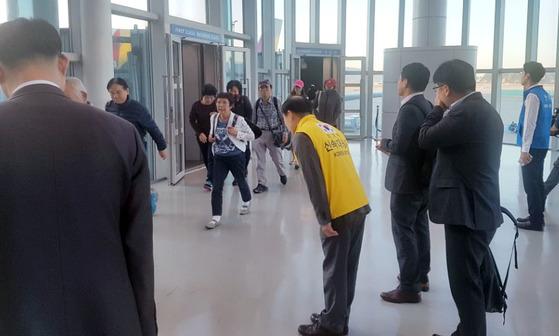 지난해 11월 인도네시아 발리에 갔다가 화산 분화로 발이 묶였던 한국인 여행객 266명이 정부가 투입한 전세기 편으로 귀국했다.   [연합뉴스]