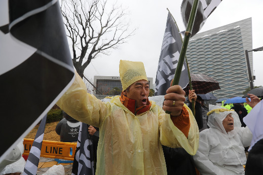 부산 기장군 기장읍 석산마을 주민들이 지난 19일 경남 진주시 LH 본사 앞에서 공공주택지 개발 철회를 요구하며 시위를 벌이고 있다. [사진 독자 제공]