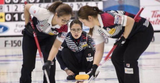 한국 여자컬링 대표팀이 '2018 세계여자컬링선수권대회' 예선 5차전 이탈리아와의 경기에서 8-7로 승리를 거뒀다. [사진 연합뉴스]