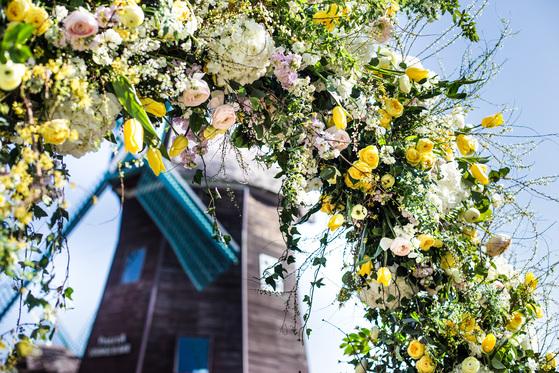 롯데호텔제주는 4월부터 5월까지 두 달간 '플로레센스 페스티벌'을 진행한다. 사진은 호텔의 랜드마크인 풍차 앞에 아치를 세워 만든 포토존의 모습. [사진 롯데호텔]