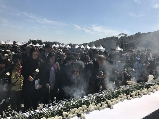 지난해 제주시 4·3평화공원에서 열린 4·3희생자 추념식에서 참석자들이 헌화하고 있다. [최충일 기자]