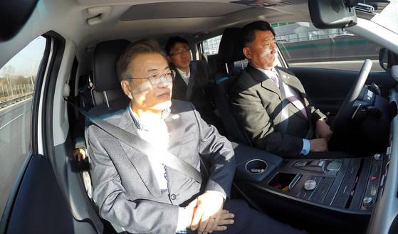 문재인 대통령(왼쪽)이 지난 2월2일 신형 수소차 넥쏘에 올라 서울 서초구 만남의 광장 휴게소를 출발해 고속도로를 달리고 있다. [사진제공=청와대]