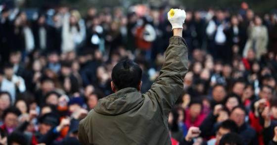 지난 8일 오후 서울 중구 동국대학교 본관 앞에서 열린 동국대 청소노동자 문제 해결 촉구 기자회견에서 청소노동자들과 학생들이 구호를 외치고 있다. [사진 연합뉴스]