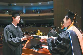 배우 박보검이 지난달 열린 명지대 뮤지컬공연전 공 졸업식에서 졸업장을 받고 있다.