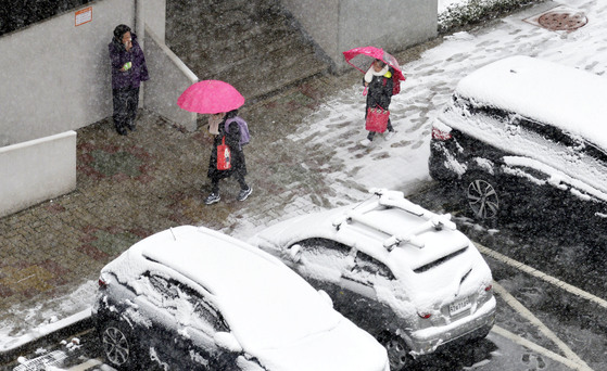 춘분(春分)인 21일 충청 지방에 대설주의보가 내려지는 등 많은 눈이 내렸다. 이날 오전 대전 서구의 한 초등학생들이 소복이 쌓인 눈 사이로 등교하고 있다. 프리랜서 김성태