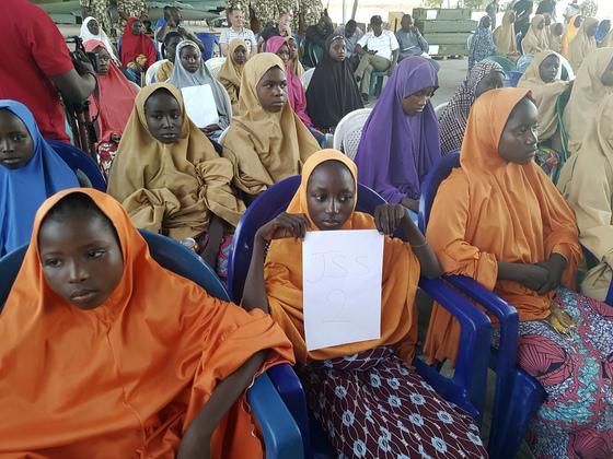 나이지리아 북부 요베주(州)의 다프치시에 있는 '과학기술여학교'(중학과정)에서 보코 하람에 납치됐던 여학생들이 한달 여만인 21일(현지시간) 풀려나 귀가했다. [AP=연합뉴스]