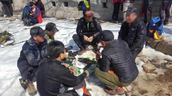 지난 4일 북한산국립공원 대동문 정상부에서 등산객들이 술을 마시고 있다. [사진 국립공원관리공단]