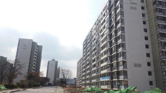 철거 중인 서울 강남구 개포주공8단지 아파트. 16일 견본주택을 개관하고 분양을 시작한다. [중앙포토]