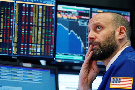 21일(현지시간) 미국 뉴욕증권거래소에서 한 트레이더가 제롬 파월 미국 연방준비제도(Fed)의장이 기준금리 인상을 발표하는 모습을 지켜보고 있다. [로이터=연합뉴스]
