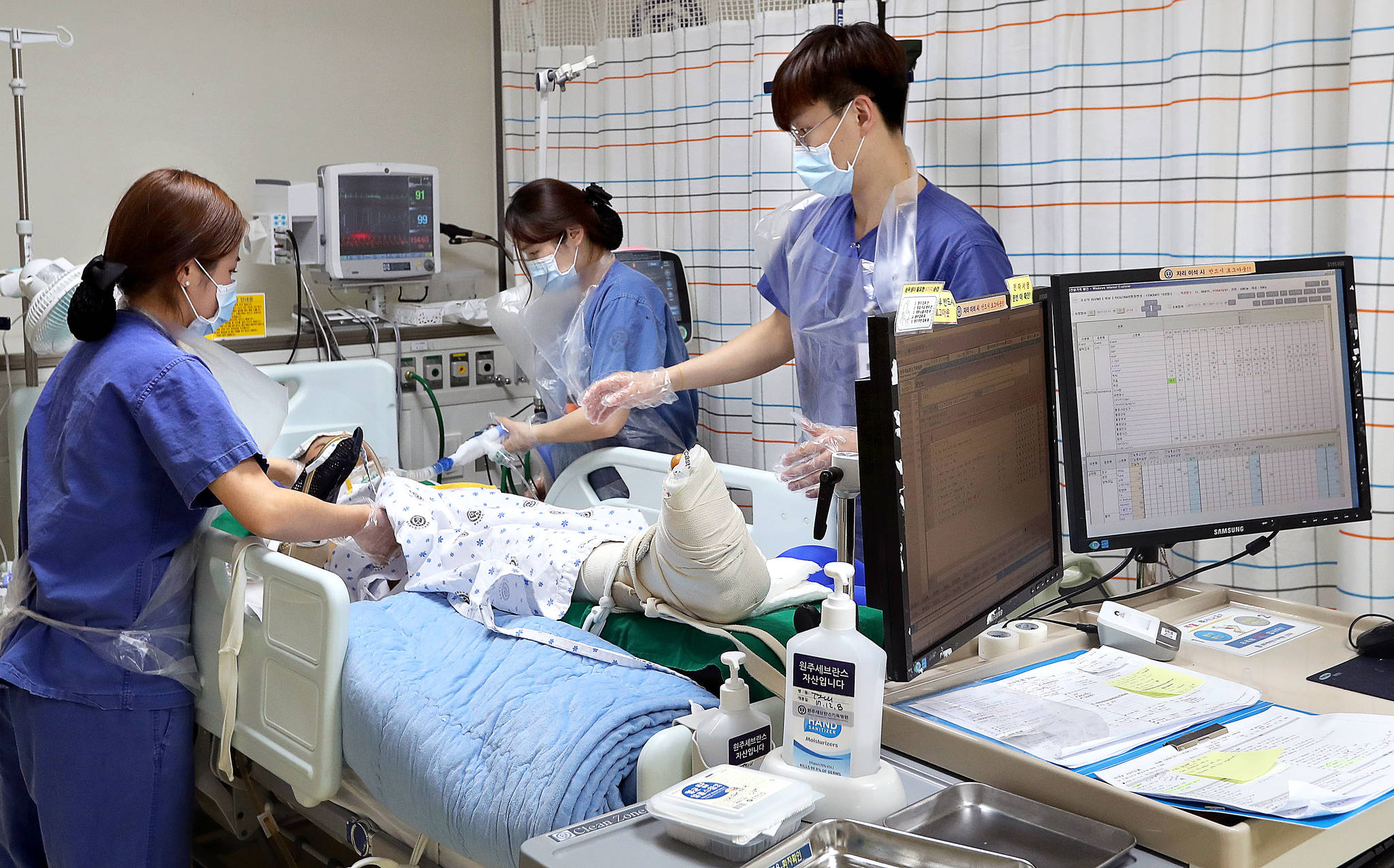 원주 세브란스병원 외상센터 중환자실에서 간호사들이 외상 환자를 챙기고 있다. [중앙포토]