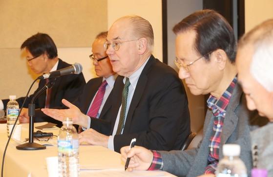 존 미어샤이머 미 시카고대 정치학 교수가 22일 서울 서소문로 N빌딩에서 재단법인 한반도평화만들기가 주최한 강연에 참석해 발언하고 있다. 오종택 기자