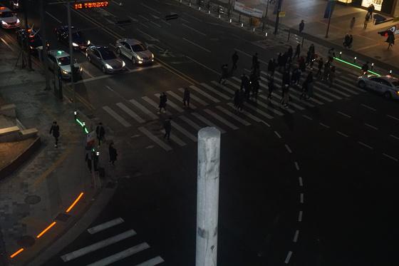 동대구역 환승센터 삼거리 횡단보도 앞 바닥에서 녹색과 적색으로 빛나는 일직선 형태의 물체가 '바닥 신호등'이다. 경찰이 지난달 시범 작동했을 때 촬영한 사진이다.[사진 경찰청]