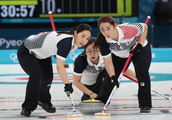 2018 평창 겨울올림픽 여자컬링 예선 1차전에서 한국의 김영미, 김경애 선수가 스위핑하고 있다. [연합뉴스]