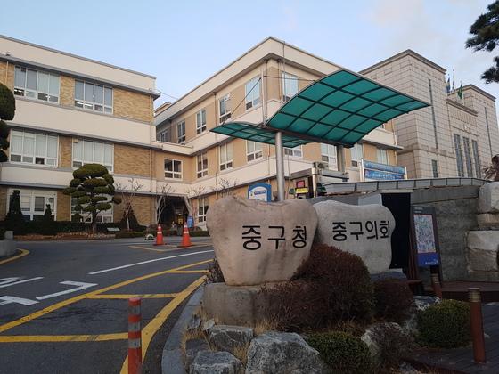 인천 중구청(왼쪽)은 본관 건물과 중구의회(오른쪽 대리석 건물)가 나란히 있다. 임명수 기자