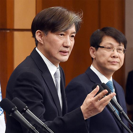 조국 민정수석(왼쪽)이 21일 청와대 춘추관에서 개헌안의 내용을 설명하고 있다. [김상선 기자]