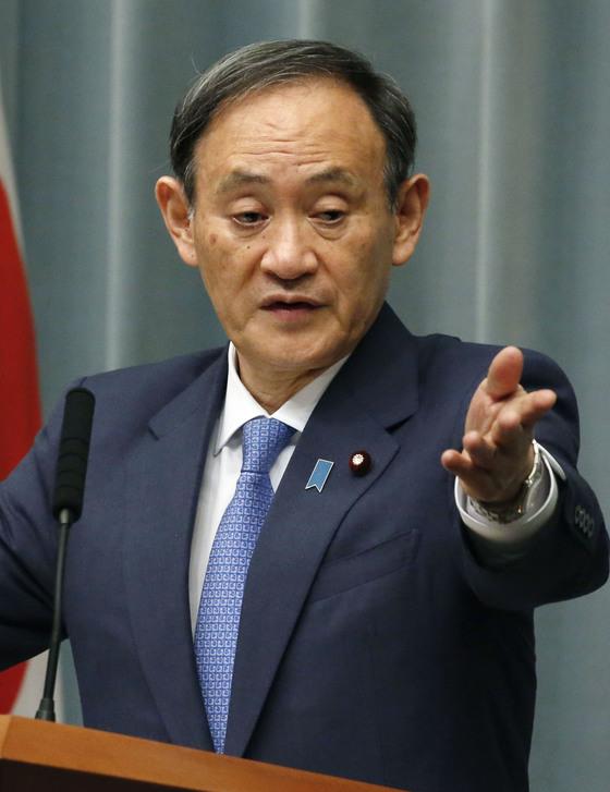 """스가 요시히데(菅義偉) 일본 관방장관이 22일 오전 정례 브리핑에서 북일 정상회담 추진 여부와 관련해 """"북한측과 다양한 방식으로 (의견을) 교환하고 있다""""고 밝혔다. [교도=연합뉴스]"""