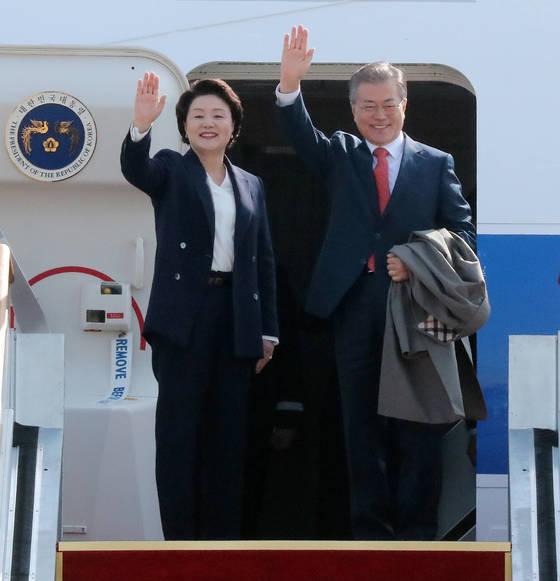 문재인 대통령과 김정숙 여사가 22일 오전 서울공항에서 베트남 국빈방문과 UAE 순방을 위해 전용기에 올라 손을 흔들며 인사하고 있다.