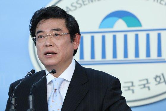 홍지만 자유한국당 대변인이 지난 11일 오후 서울 여의도 국회 정론관에서 현안관련 브리핑을 하는 모습.[뉴스1]