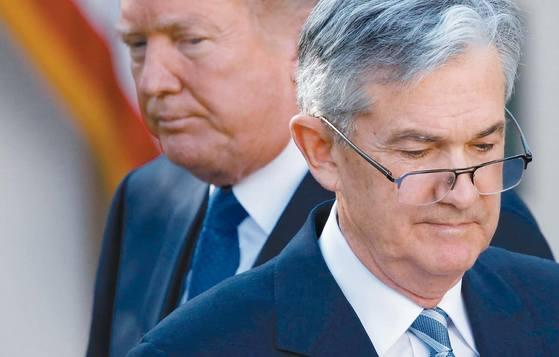 지난달 백악관에서 도널드 트럼프 미국 대통령은 제롬 파월(오른쪽)을 Fed 신임 의장으로 내정했다고 발표했다. 최근 상원 인준을 통과해 내년 2월 취임하는 파월 의장은 리더십이 약하지 않느냐는 우려를 사고 있다. [로이터=연합뉴스]