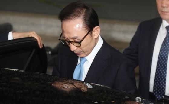 이명박 전 대통령이 지난 15일 서울중앙지검에서 밤샘조사를 받은 뒤 귀가를 위해 차량에 타고 있다.[중앙포토]