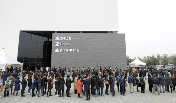 18일 오전 서울 서초구 양재동 화물터미널 부지에 마련된 '디에이치 자이 개포' 견본주택을 찾은 방문객들이 줄지어 입장을 기다리고 있다. 뉴스1