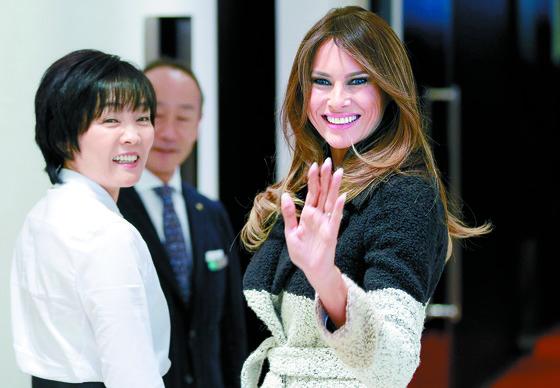 지난해 트럼프 미국 대통령이 일본을 방문했을 때 멜라니아(오른쪽) 여사와 함께 서 있는 아키에 여사.[AP=연합뉴스]