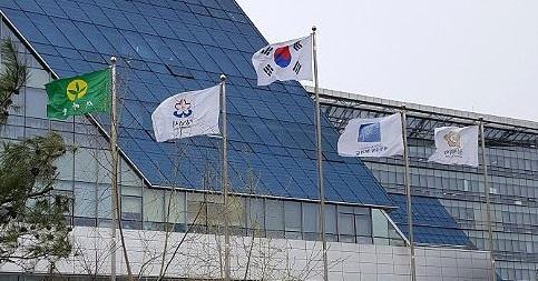 21일 경기도 성남시청 광장 국기게양대에 새마을기가 펄럭이고 있다. [연합뉴스]