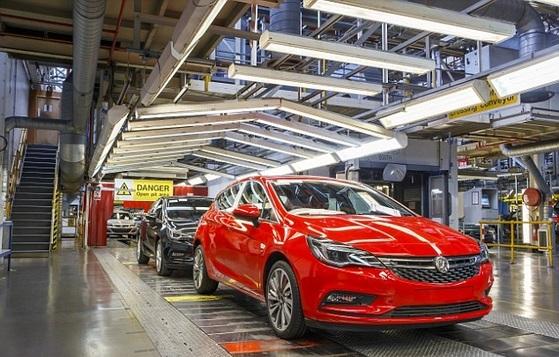 영국의 자동차 제조사인 복스홀자동차의 엘즈미어포트 공장에서 조립 중인 아스트라. 복스홀자동차는 2개의 영국 공장에서 3000여 명의 일자리를 만들어 내고 있다. [사진 복스홀자동차]