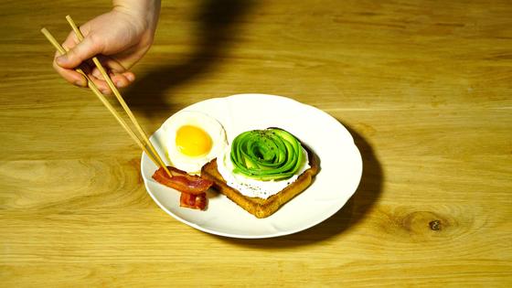 그릇의 경사진 부분에 달걀과 베이컨을 차례대로 담는다.