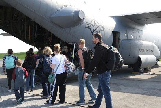 2016년 10월 주한미군의 대피훈련에 참가한 미국 민간인들이 김해공항에서 주일 미군 기지로 향할 수송기에 탑승하고 있다. [사진 미8군]
