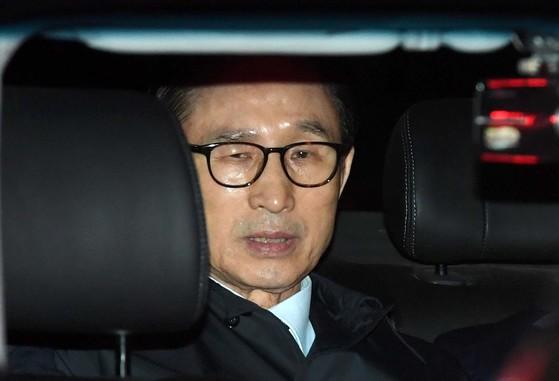 구속영장이 확정된 이명박 전 대통령이 22일 오후 서울 논현동 자택에서 검찰 수송차량에 탑승하고 있다. [중앙포토]