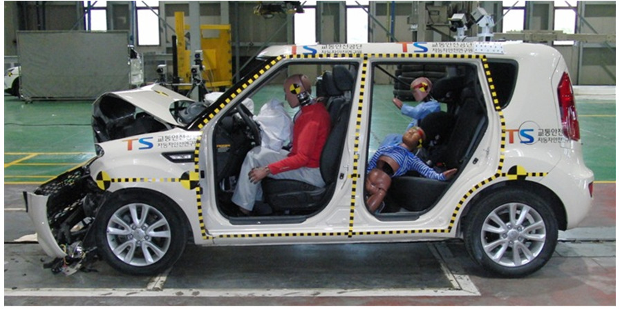 차량이 충돌한 뒤 카시트에 앉지 않은 어린이 모형은 크나큰 충격을 받았다. [사진 한국교통안전공단]