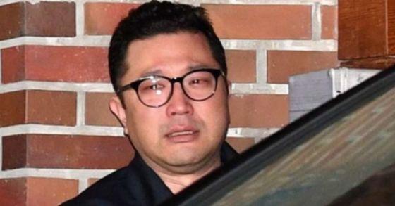 23일 뇌물수수 혐의로 구속영장이 발부된 이명박 전 대통령이 서울 논현동 자택에서 서울동부구치소로 향하자 이 전 대통령의 아들 이시형씨가 눈물을 흘리고 있다. 임현동 기자