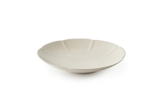 오픈 토스트 자체가 화려하기 때문에 색과 패턴이 단조로운 그릇이 잘 어울린다. 특히 움푹 파인 그릇은 토스트가 안정적으로 고정돼 칼로 썰어 먹을 때 편리하다. 사진은 '광주요' 미각시리즈 참외형 접시. [사진 광주요]