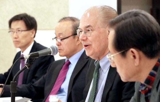 존 미어샤이머(오른쪽에서 두번재) 미국 시카고대 석좌교수가 22일 서울 서소문로 N빌딩에서 재단법인 한반도평화만들기가 주최한 강연에 참석해 발언하고 있다. 오종택 기자