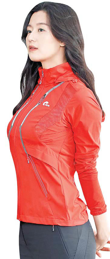 건강한 삶을 자극하는 네파 모델 전지현의 핏스 피레이션 화보 이미지. '운동 자극 패션'으로 탄 탄한 보디라인과 여성미를 강조했다 . [사진 네파]