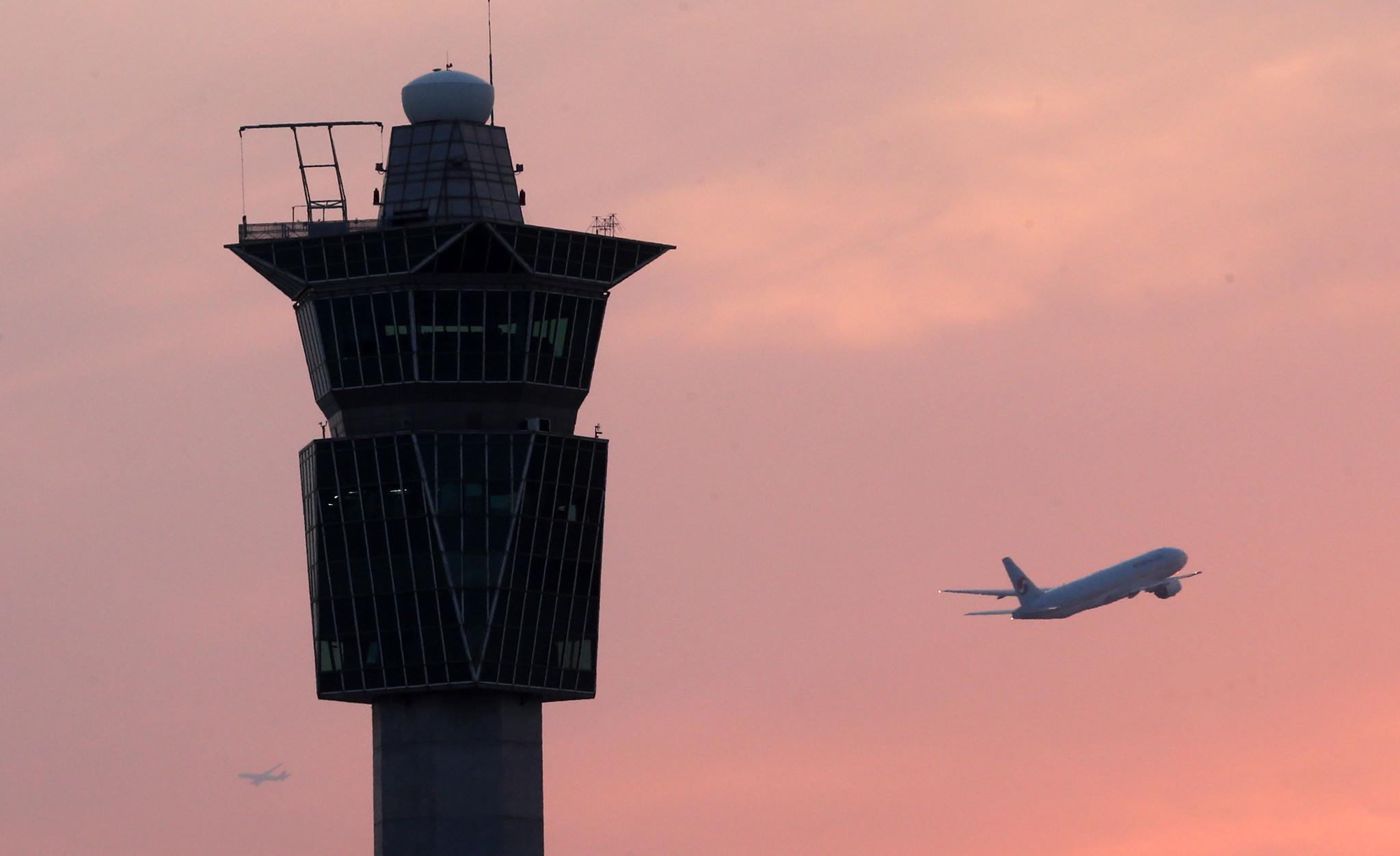 인천공항 관제탑 옆으로 비행기가 이륙하고 있다. [중앙포토]