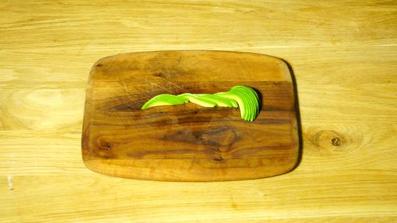 아보카도로 꽃을 만들 땐 세로로 길게 썬 아보카도를 조금씩 옆으로 밀어 가지런히 놓는다.
