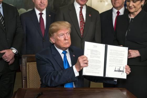 22일(현지시간) 도널드 트럼프 미국 대통령은 지적 재산권 침해 소지가 있는 중국 제품에 500억 달러 관세를 부과하는 내용의 행정 명령에 서명했다. [EPA=연합뉴스]