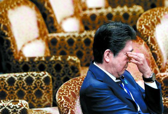 모리토모 의혹으로 코너에 몰린 아베 신조 일본 총리가 지난 19일 국회에 출석해 피곤한 표정을 짓고 있다.[로이터=연합뉴스]