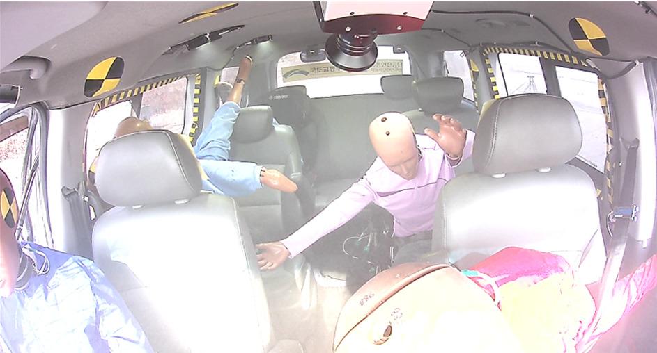충돌 뒤 아수라장이 된 차량 내부. 뒷좌석의 어린이 모형은 가운데 좌석까지 튕겨져 왔다. [사진 한국교통안전공단]