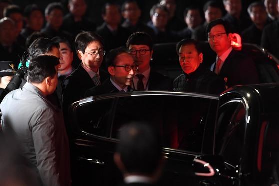 뇌물수수 등의 혐의로 구속영장이 발부된 이명박 전 대통령이 22일 서울 강남구 논현동 자택에서 동부구치소로 압송되고 있다.[중앙포토]