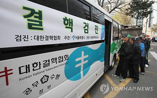 결핵 검진을 위해 줄 서 있는 노인들. [연합뉴스]