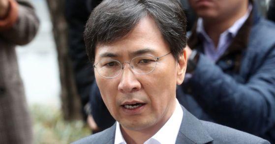 안희정 전 충남지사가 지난 19일 오전 서울서부지검에 출두하고 있다. [사진 연합뉴스]
