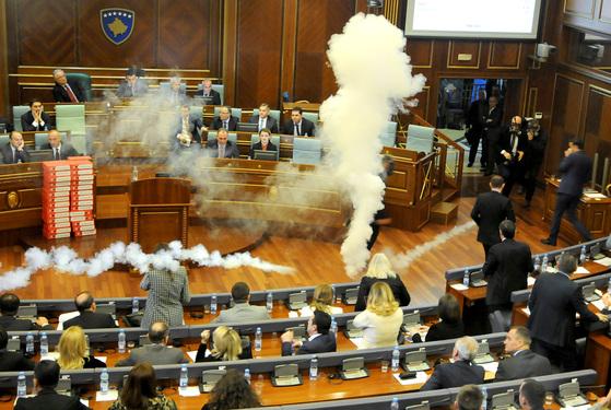 야당 의원이 최루탄 투척, 난장판 코소보 의회
